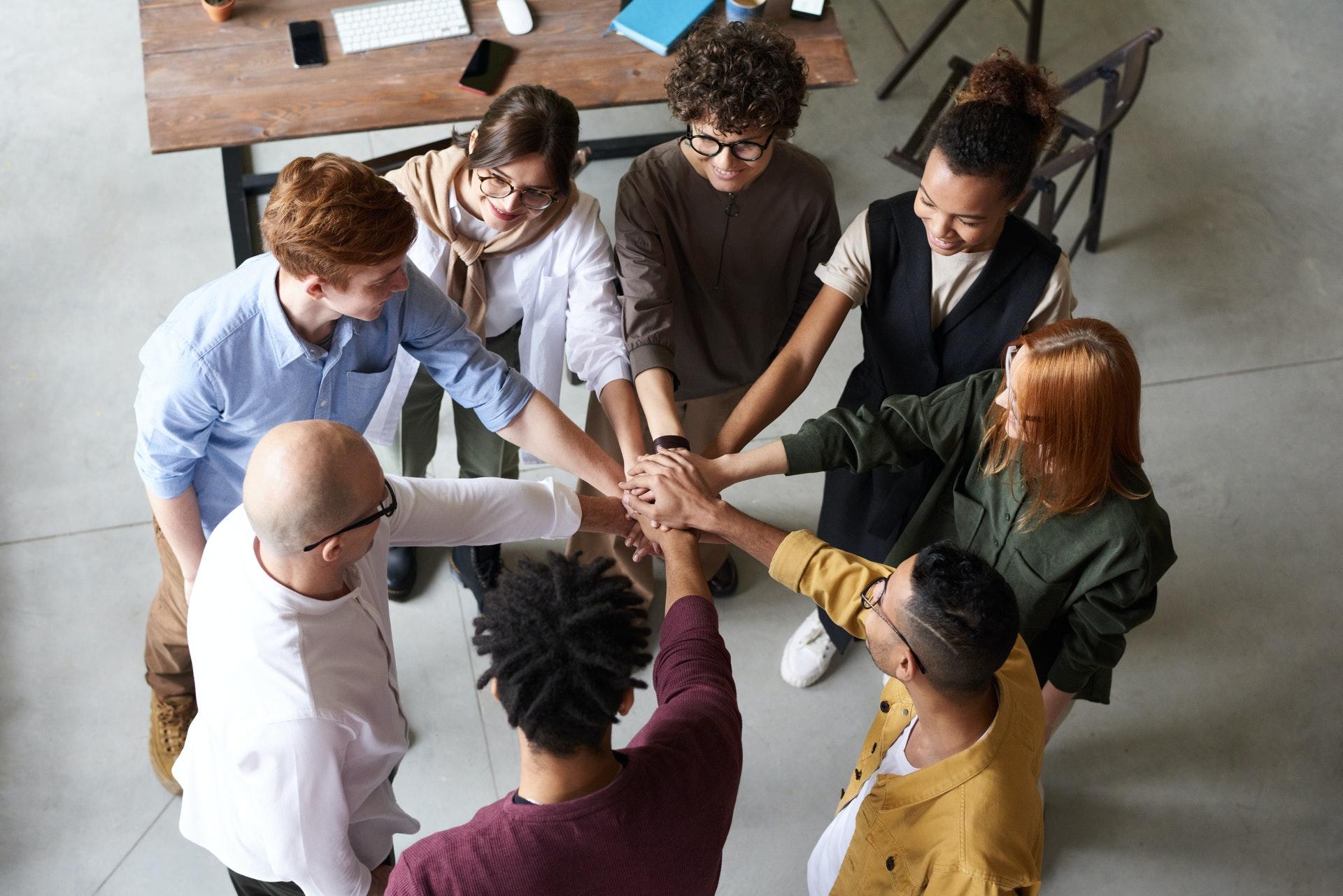 Foto de un grupo de personas con las manos unidas